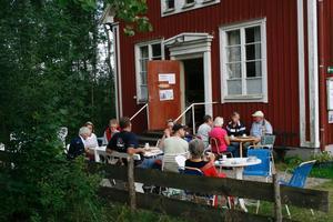 Byns mötesplats. Under somrarna är det många som träffas över en kopp kaffe på kafé Qvarnån.