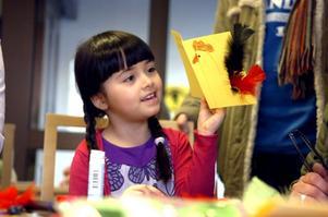 Femåriga Ava visar stolt upp sitt påskkort. På framsidan har hon ritat en tupp med stoltserar med en röd och en svart fjädrar till stjärt.