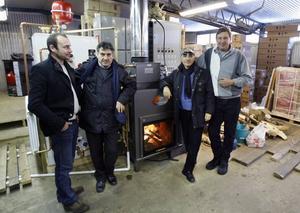 Hans Frisk, längst till höger, blir grossist för den nya utrustningen från Italien. Tomas Eriksson, generalagent för den italienska firman besökte Forsbacka i veckan tillsammans med Francesco Panza och Luigi Montibro.
