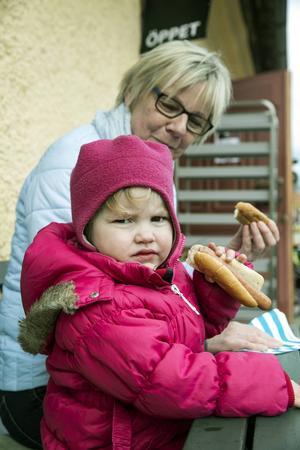 Vera två år från Falun passar på att grilla korv med farmor Gunnel vid Gruvan på byggnadsvårdsdagen. Gunnel försöker snappa upp så många tips som möjligt, men det är Vera som får styra under dagen.