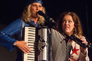 Robert Wells fru Maria, tillsammans med en annan av sångerskorna i Vocalettes.