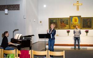 En sångrepetition försiggår medan vi fotograferar i kyrkorummet.