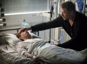 Mikael Persbrandt spelar hypnotisören Erik Maria Bark, som får uppdraget att försöka hypnotisera en ung pojke (Jonatan Bökman) vars familj blivit brutalt slaktad.