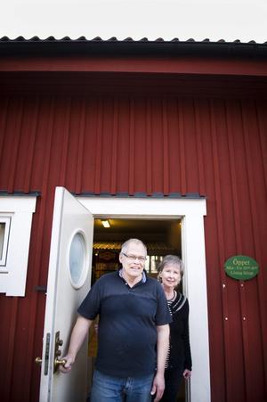 Hans och Iréne Emanuelsson har sålt tapeter tillsammans sedan 1970-talet. Nu finns de vid Nasta herrgård, i närheten av Bra & Begagnat på Aspholmen.