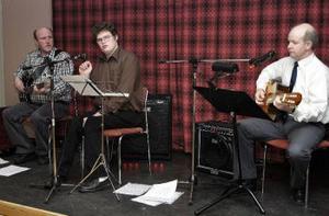 Mats Åsén, Magnus Olsson och Nils-Håkan Kempe spelade och sjöng julsånger under fikat.