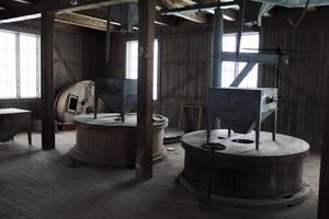 På andra våningen, som i stort sett är orörd, återfinns bland annat de två stora träcylindrarna som innehåller de två stenparen, som malde mjölet. Säden bars upp på våningen över och släpptes sedan ner genom trätrattarna man ser i taket.