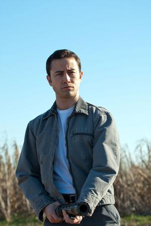 Joseph Gordon-Levitt spelar en man som mördar utan samvetskval. Ända tills han konfronteras med en 30 år äldre version av sig själv.