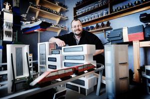 Ola Englund i Arbrå har ett helt rum fyllt med Robotech-figurer. Han har också byggt upp en stadsmiljö mitt i rummet.