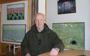 -- Jag har en egen stil hoppas jag, säger Tage Lagerquist, som ställer ut oljemålningar i Oasen.FOTO: SYLVIA KJELLBERG