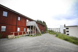 I den röda längan bakom hotellet bor en del av de asylsökande flyktingarna. Asylboendet har 186 platser och öppnades för några veckor sedan.