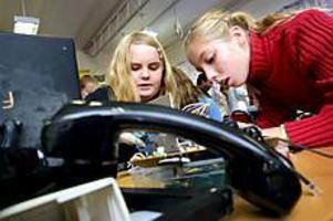 Arkivbild: GUN WIGH Pillardag. Linnea Sohtell och Caroline Ädel i klass 5 på Fridehemsskolan plockar sönder det som en gång var en telefon. Pillardagen ingick i NOT-veckan som genomfördes för att öka elevernas intresse för naturvetenskap och teknik.