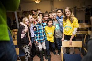 Benjamin Ching och Emelie Hållberg firar med klass 5B från Domsjöskolan.