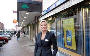 Mirja Herrdin, vd för Södra Dalarnas Sparbank, gläds åt att få flytta till nya lokaler om sisådär ett år. Foto: Jan Björkegren/DT