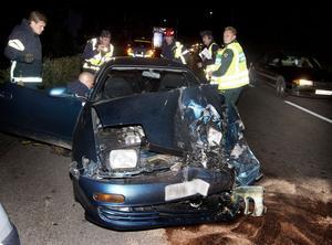 Fronten på de båda bilarna blev rejält intryckta i krocken. I den här bilen färdades två personer. Båda fördes, utan livshotande skador, till Ludvika lasarett.