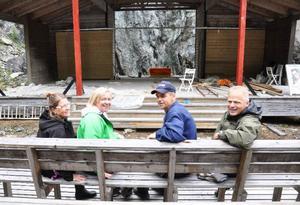 Eleanor Lundberg, Anneli Hellstrand, Bengt Hellstrand och Janne Andersson provsitter första parkett framför den snart färdigbyggda scenen. Lägg märke till skjutdörrarna som vid behov kan skjutas för och dölja den täljstensskimrande bergväggen bakom scenen.
