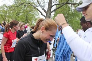 Noomi får medalj av en fotbollsspelare ur Gävle IF.
