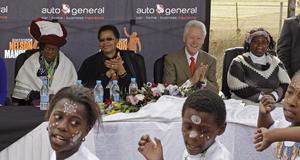 Graça Machel, politiker från Mocambique och Mandelas fru, samt den förre amerikanske presidenten Bill Clinton. Tillsammans firar de Mandela i hans hemby Qunu.