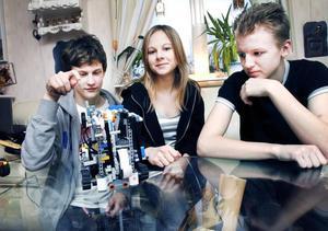 Christer Åström, Rebecca Nygren och Sebastian Gustavsson från Skutskär får åka till Singapore i juni för att delta i VM i Robotbygge.