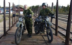 Motorcykelordonanserna Martin Hallén, från Rullbo, och Per-Erik Olofsson, från Sundsätt, tar Inlandsbanan till övningen i Pilgrimstad.
