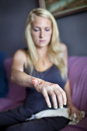 Sjukhuspersonalen berättade för 23-åriga Mikaela Berglund att hon hade skyddsänglar vid olyckan. Själv är hon tacksam över att skadorna bara blev lindriga, men arg på polisen som anser att hon brutit mot väjningsplikten.