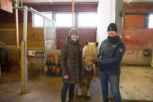 Alicia Sundström och Sofia Lederud är med och arrangerar en skötarkurs och öppet hus på Isaksbo gård. 14-åriga shetlandsponnyn Bamse ska dra vagn och vara en av ridhästarna.