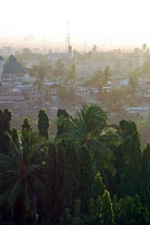 Dar es Salaam är en stor, rörig, vacker och spännande stad. Där fattigt och rikt blandas och en gropig grusväg kan leda fram till ett tjusigt bostadshus.   Foto: Sofia Hallonsten