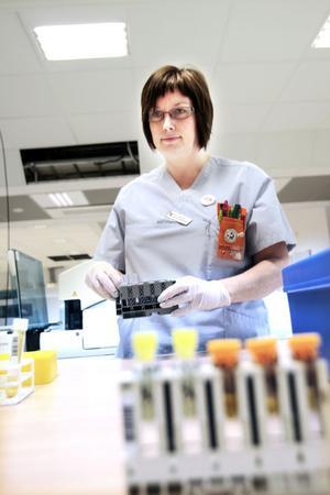 SER SPÅREN. Ewa Grönvall är legitimerad biomedicinsk analytiker på Gävle sjukhus. Hon är en av dem som bland annat testar ditt blod för att kunna se spår av sjukdomar.