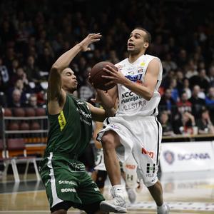 Andreas Person, här i LF:s dress under ett SM-slutspel mot Södertälje 2012, är enligt säker källa på väg till Jämtland Basket. Person är tänkt som skadeersättare för Mario Pesut.