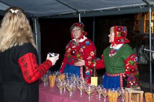 Elisabeth Smits och Monika Johansson från Dala-Floda intresseförening bjöd på bubbeldricka med tilltugg.