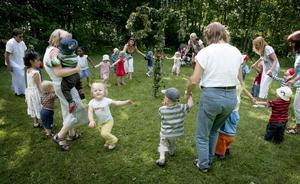 Runt lövad stång. I tisdags lövades den granna midsommarstången. Och på onsdagen var det dags att dansa och leka runt den.