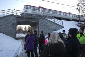 Mitt under invigningsceremonin kom tåget och avfyrade något som lät som en glad invigningstrudelutt.