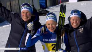 IFK Umeå:s  Elina Rönnlund, Linn Sömskar och Jonna Sundling tog historisk guldmedalj i SM-stafetten. Bild: SVT