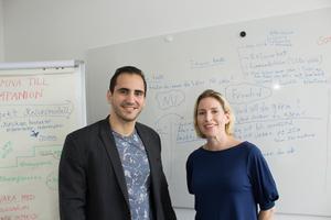 Nawar Alolabi och Sarah Thorsaeus framför whiteboardtavlan. På blädderblocket till vänster skymtar projektmodellen: först föreningslivet och sedan näringslivet.