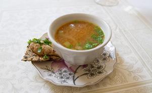 Recept Misosoppa: 30g Kokosolja, 2 stora lökar, 1 morot, 1 msk wakame instant, 10-15 små broccolibuketter, 500 ml vatten, egen buljong, 1-2 msk miso eventuellt örtkrydda/örtsalt, 1 purjolök eller färska örter. Börja steka skuren lök i kokosolja i några minuter. Lägg i skurna morötter och låt steka lite, häll på kokande vatten/buljong, så att det precis täcker grönsakerna. Låt koka 8 minuter. Häll sedan på mer kokande vatten och lägg i små broccolibuketter och Wakame instant. Låt koka tre minuter, sedan bort från spisen och tillsätt miso och örtkrydda.