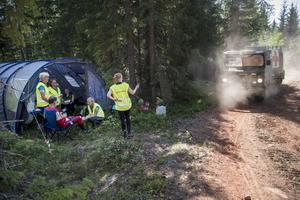 Bandvagnen på gång till en av två sjukvårdsplatser i skogen.