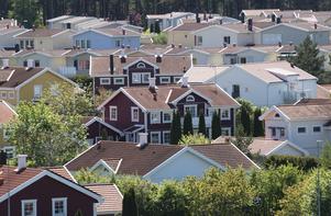 En majoritet av alla husägare i Sverige skulle få kraftigt ökade boendekostnader om fastighetsskatten återinfördes, skriver debattören.