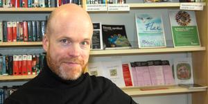 Johan Bergman Lindfors berättar om skådespelarna Margaretha Krook och Sigurd Wallén på Norrtälje stadsbibliotek.