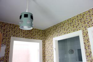 Spår från förr. De tänker måla och tapetsera om väggarna, men några lampor kan blir kvar.