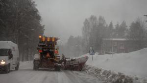Timrås enda väghyvel plogar vägarna för fulla muggar. /Arkivbild
