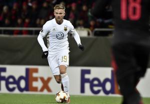 Dennis Widgren i ÖFK:s färger mot Arsenal. Foto: Robert Henriksson / TT.