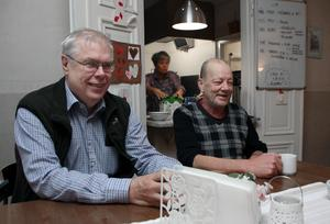 Här finns alltid sällskap, tycker Berra (till höger) som fikar med Ulf Linde, föreståndare för Ria-stugan i Falun.