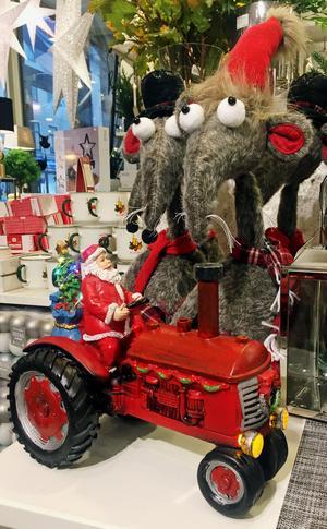 Tomte på traktor som sprutar vattenånga genom skorstenen. (Klappar man händerna börjar den låta och ånga igen) 499 kronor, finns hos Entré. Mössen, 229 kronor styck.