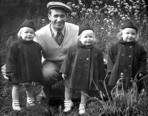Pappa Bertil Åström med sina små flickor. Bild: Privat