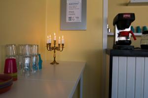 Tända ljus på språkcaféet.