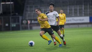 Forwards Lukas Karlsson håller undan för ÖSK:s Martin Trihn.