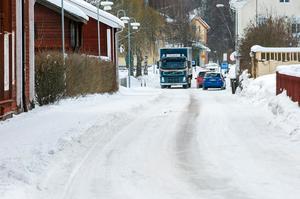 Det är inte ovanligt att bilar, bussar och lastbilar tvingas köra med ett hjulpar på trottoaren.