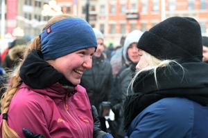 Fredrika Ek på Stora torget i Sundsvall när hon kom hem efter tre års äventyr.