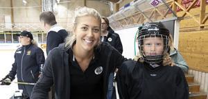 Erika Grahm elitseriespelare från Brynas SDHL-lag, tillsammans med Eila Mckeown.