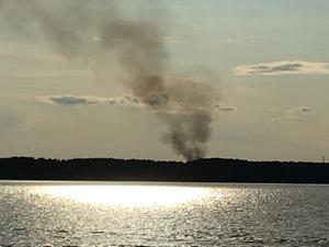 Brandröken syns från ett stort avstånd. Här från Möckelns östra strand.