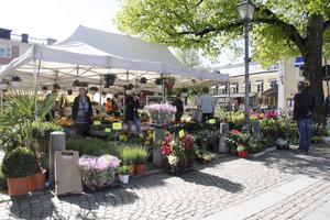 Torgets ordinarie blomförsäljare finns på plats och har tagit in extra blommor för tillfället.
